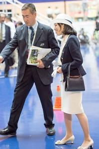 松倉JCF常務理事の説明をお聞きになる彬子女王殿下